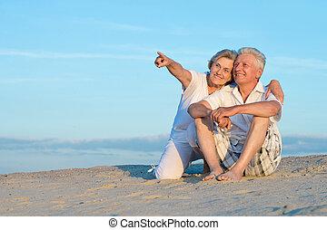 couple, plage, personnes agées
