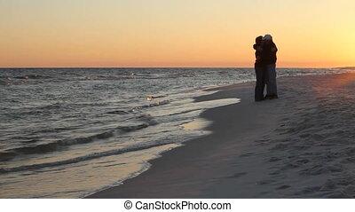 couple, plage, romantique, mûrir
