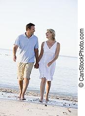 couple, plage, tenant mains, et, sourire