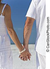 couple, plage, vide, tenant mains