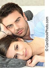 couple, pose divan, ensemble