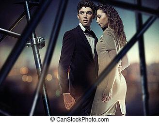 couple, pose, jeune, étreindre