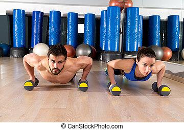 couple, pousées, dumbbells, fitness, gymnase