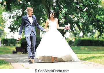 couple, promenade, park., par, wedding., jour, heureux
