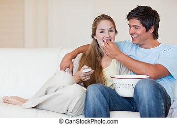 couple, quoique, télévision regardant, pop-corn, manger, heureux