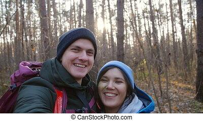 couple, randonnée, randonnée, selfie, jeune, forêt, confection, sacs dos, concept., heureux
