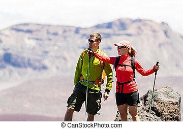 couple, randonneurs, dans, hautes montagnes