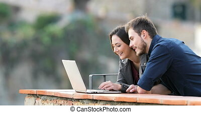 couple, recherche, contenu, dactylographie, ordinateur portable, heureux