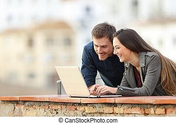 couple, recherche, contenu, ligne, ordinateur portable, heureux