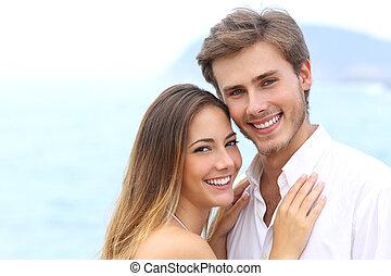 couple, regarder, appareil photo, sourire, blanc, heureux