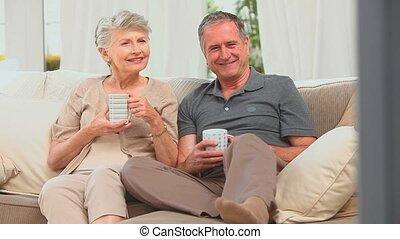 couple, regarder, milieu, tv, vieilli