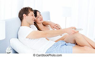 couple, regarder, sourire, tv, maison