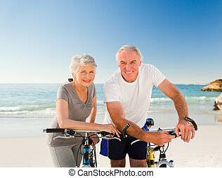 couple retiré, à, leur, vélos, plage