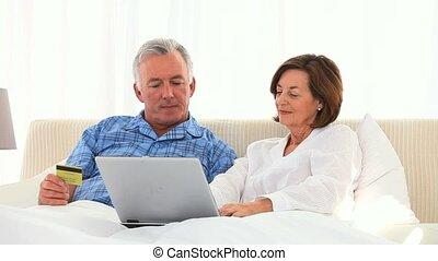 couple retiré, crédit, internet, utilisation, carte