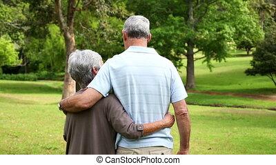 couple retiré, debout, parc
