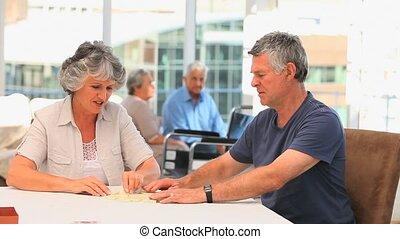 couple retiré, jouer, dominos