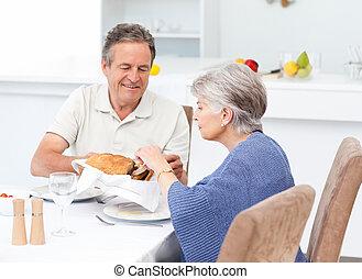couple retiré, manger, cuisine