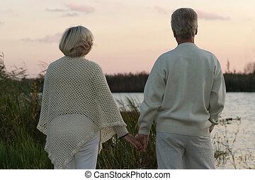 couple, rivière, personnes agées, nuit