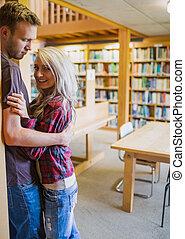 couple, romantique, bibliothèque, jeune
