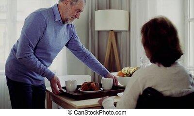 couple, séance, fauteuil roulant, breakfast., table, personne agee, avoir, maison