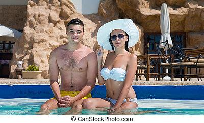 couple, séance, jeune, piscine, bord, natation