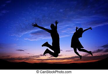 couple, sauter, coucher soleil, silhouettes, fond