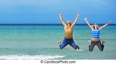 couple, sauter, plage, jeune