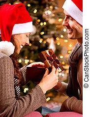 couple, scene., noël heureux, cadeau, maison