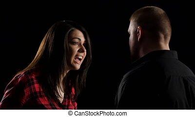 couple, shouting., isolé, arrière-plan noir, conflit