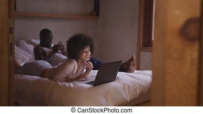 couple, smartphone, chambre à coucher, ou, informatique