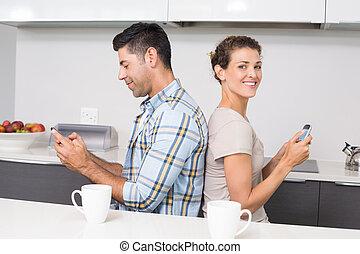 couple, sourire, dos, texting, séance