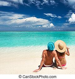 couple, sur, a, plage, à, maldives