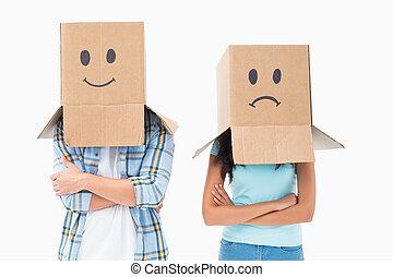 couple, sur, boîtes, triste, porter, tête, figure, jeune