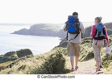 couple, sur, cliffside, dehors, marche