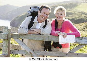 couple, sur, cliffside, dehors, pencher railing, et, sourire