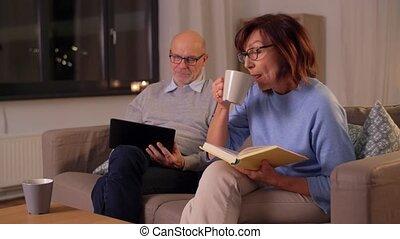 couple, tablette, personne agee, maison, livre, pc