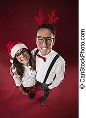 couple, temps noël, portrait, sourire, nerd