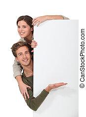 couple, tenu, par, message blanc, planche