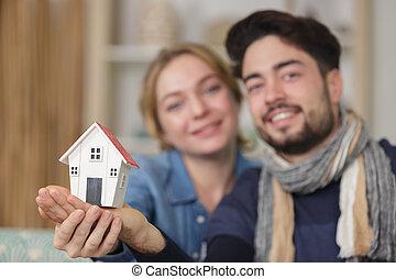 couple, tenue, modèle, jeune, maison, heureux