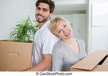 couple, tenue, poser, boîtes