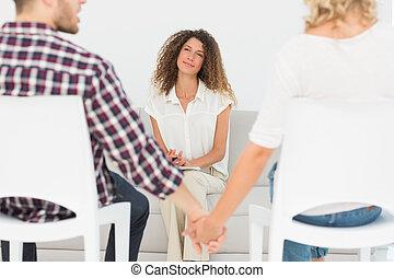 couple, thérapeute, mains, tenue, sourire, reconciled