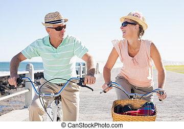 couple, tour vélo, jetée, désinvolte, aller, heureux