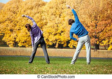 couple, traininig, dans parc
