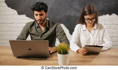 couple, travail, ordinateur portable, tablette