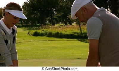 couple, trou, dix-huitième, jouer golf