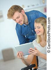 couple, utilisation, a, tablette, informatique