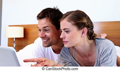 couple, utilisation, mensonge, tablette, lit, heureux