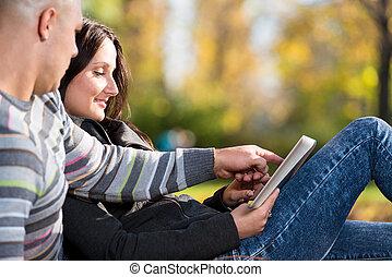 couple, utilisation, pc tablette, dans parc