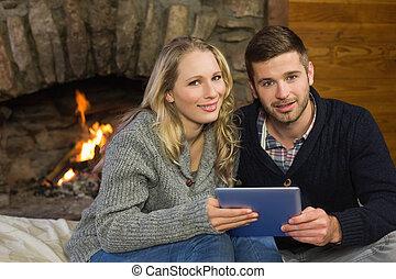 couple, utilisation, pc tablette, devant, lit, cheminée