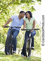 couple, vélos, sourire, dehors